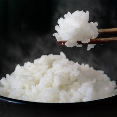 炊き上がりの艶と白さは、まるで雪のような輝き