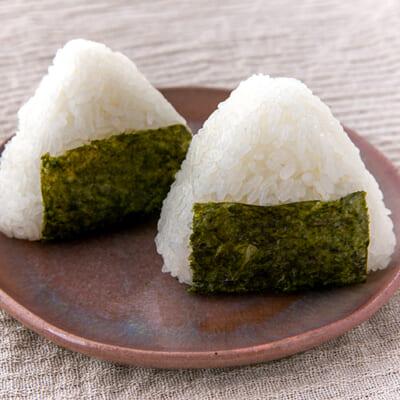 置賜地方で作られたお米を塩むすびにして食べてもらう