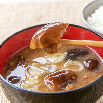 旨味たっぷり、なめこの味噌汁はご飯が進む美味しさ